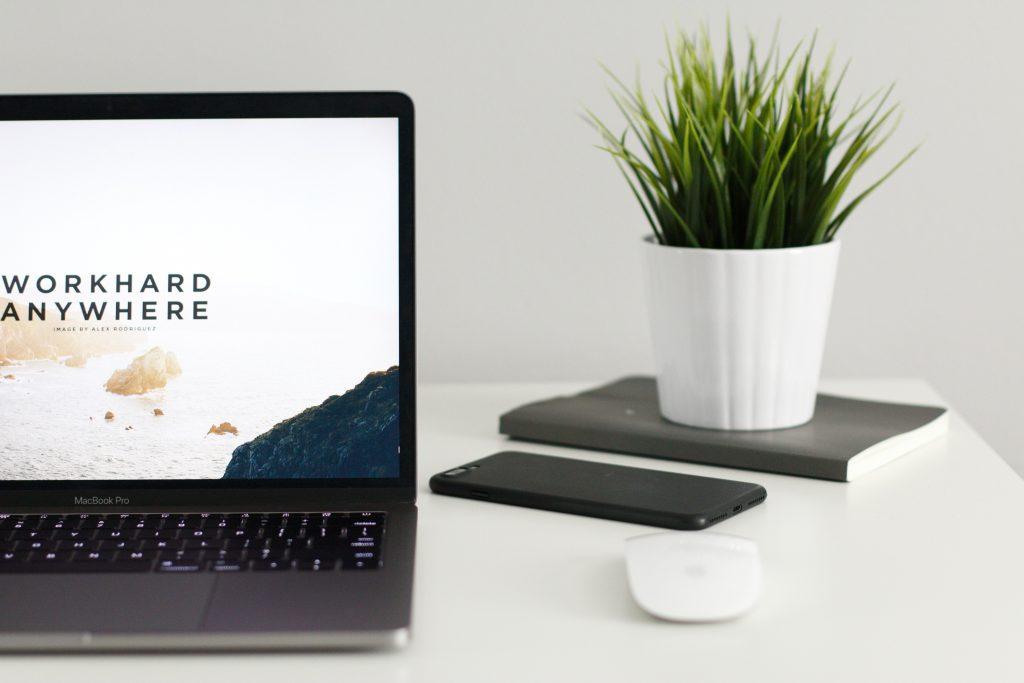 pc sulla scrivania di casa , smart working
